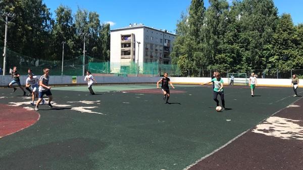 Трудовые школьные бригады Советского района вышли на футбольное поле