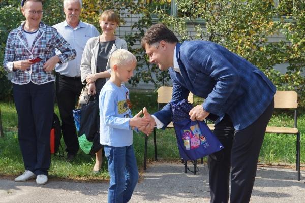 Партийцы и представители национальных диаспор организовали праздник для ребят из Дзержинского санаторного детского дома